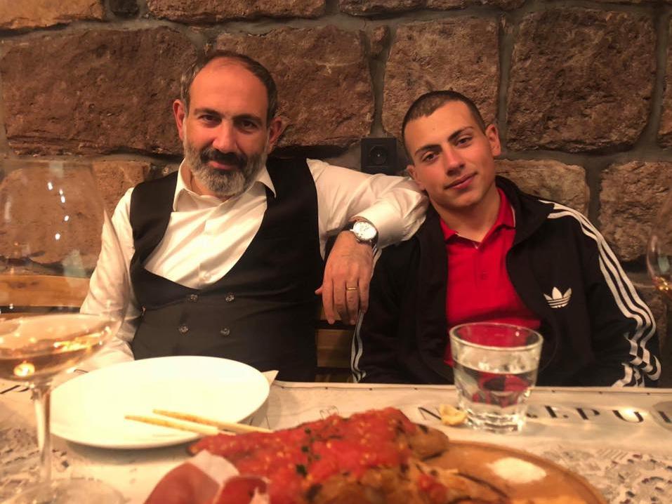 Пашинян вместе сыном ест шашлык на «радость» голодающим армянам - ФОТО