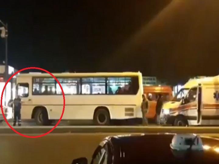 В Баку водитель автобуса заблокировал на дороге «Скорую» и освободил проезд, только когда на него накричали – ВИДЕО