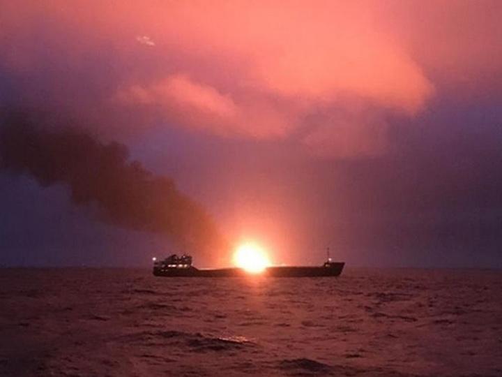 Девять человек погибли при возгорании судов в Керченском проливе