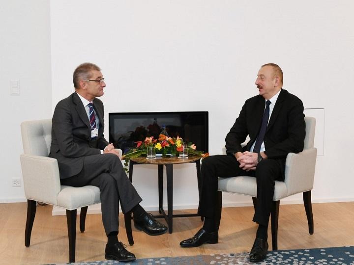 """İlham Əliyev Davosda """"Procter and Gamble Europe"""" şirkətinin prezidenti ilə görüşüb"""