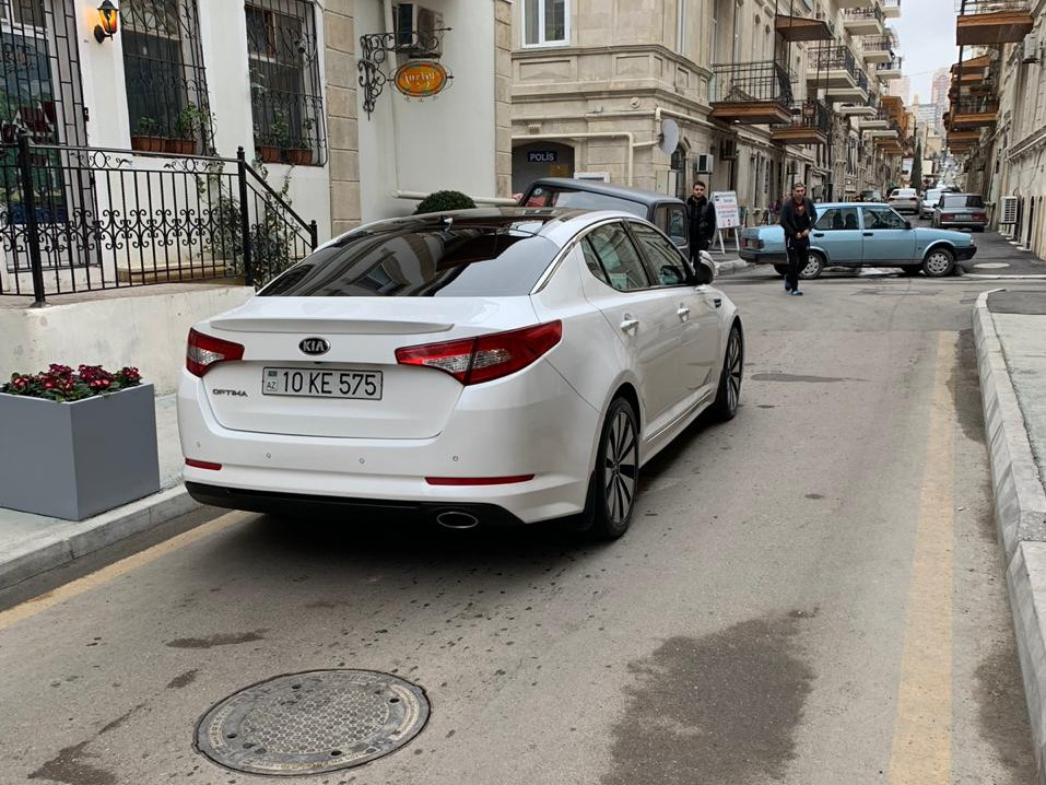В центре Баку водитель оставил машину посреди дороги, заблокировав движение – ФОТОФАКТ