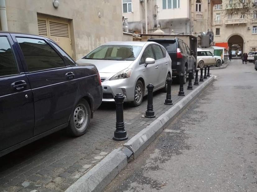 Даже тумбы не спасают бакинские тротуары от машин и водителей – ФОТОФАКТ