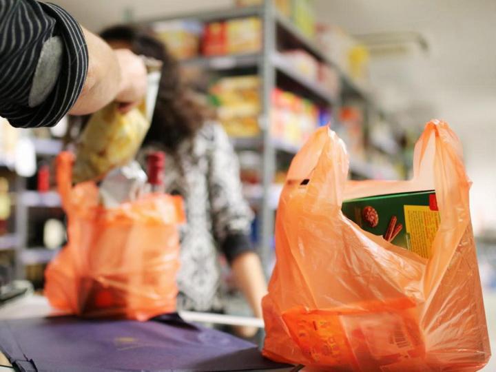 Азербайджан выбирает замену пластику – многоразовые сумки и биоразлагаемые пакеты