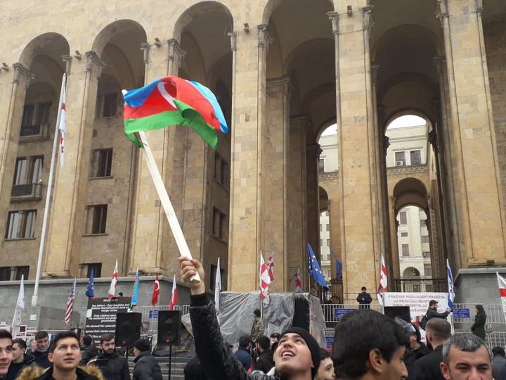 В Тбилиси завершилась акция протеста азербайджанцев, требующих сноса памятника армянскому сепаратисту – ФОТО – ВИДЕО – ОБНОВЛЕНО