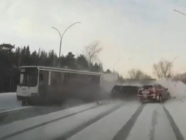 Массовое ДТП с участием автобуса - ВИДЕО