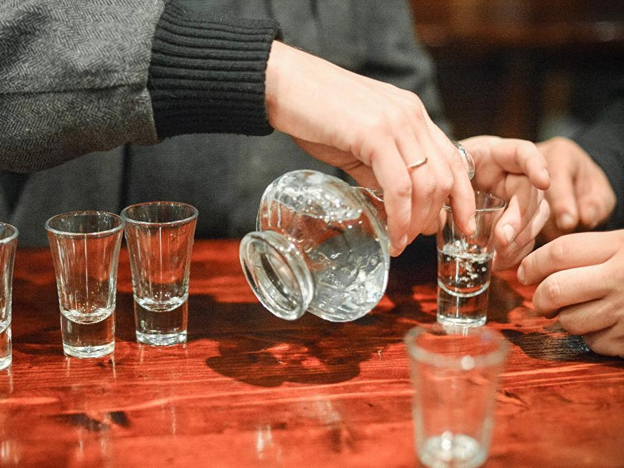 В Индии почти сто человек погибли за три дня из-за контрафактного алкоголя