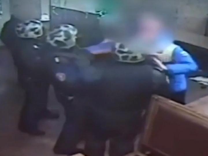 В России пьяные подростки напали на военнослужащих – ВИДЕО