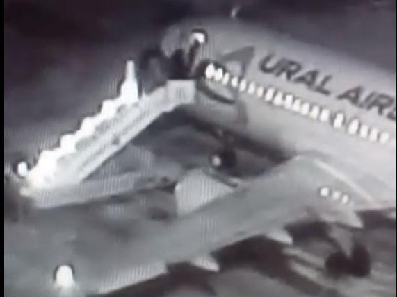 ЧП в аэропорту Барнаула: пассажиры упали с верхней части трапа - ВИДЕО