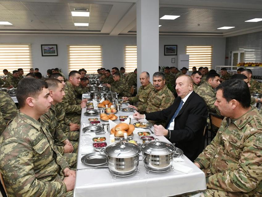 Президент Ильхам Алиев пообедал вместе с солдатами – ФОТО