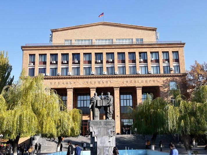 Акция протеста: студенты Ереванского госуниверситета требуют отставки ректора