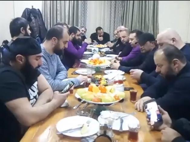 Чеченцы и азербайджанцы встретились в Москве за большим столом: «Мы все братья» - ВИДЕО
