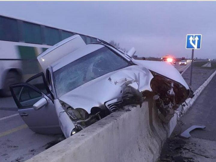 В Кюрдамире автомобиль врезался в бетонное ограждение, есть пострадавшие- ФОТО