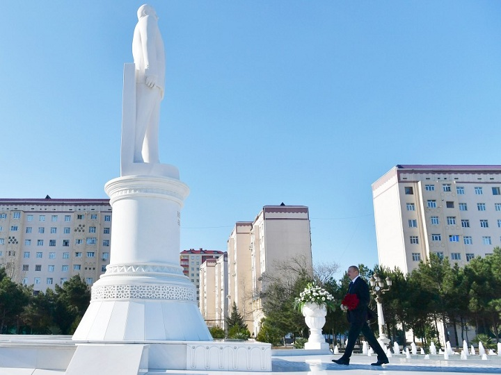 İlham Əliyev Sumqayıt şəhərində ümummilli lider Heydər Əliyevin abidəsini ziyarət edib – FOTO