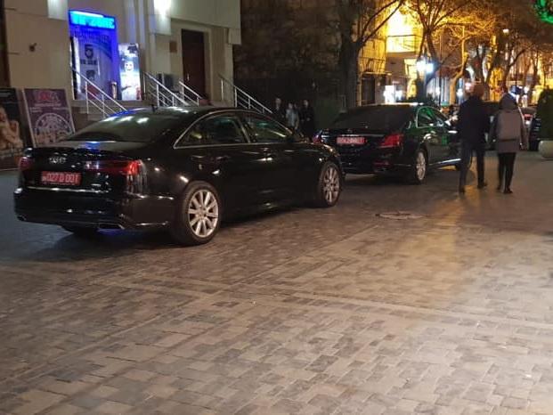 Дипломаты превратили в парковку тротуар перед входом в театр Русской драмы – ФОТО