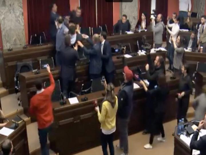 Грузинские депутаты подрались в парламенте – ВИДЕО