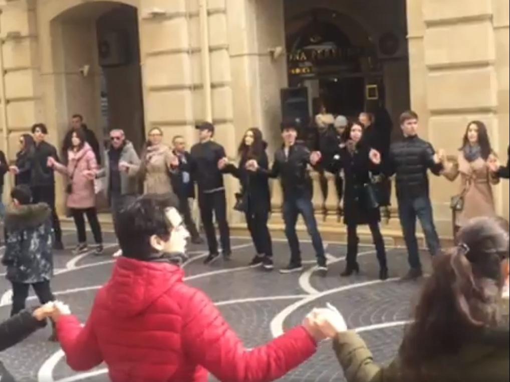 Новруз объединяет людей: Танец Яллы в центре Баку – ВИДЕО