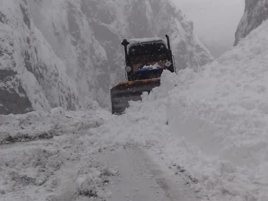 Госагентство «Азербайджанские автомобильные дороги» очищает дорогу в северном регионе после снежного обвала - ФОТО