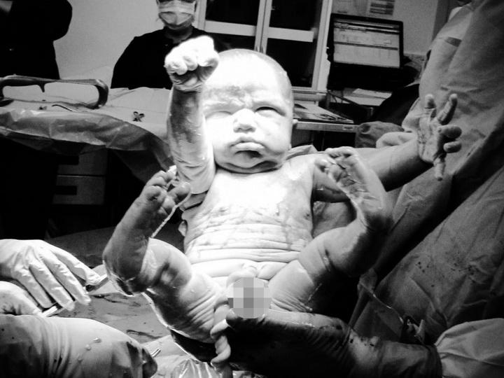 Это невероятно! Малыш после рождения принял культовую позу Супермена – ФОТО