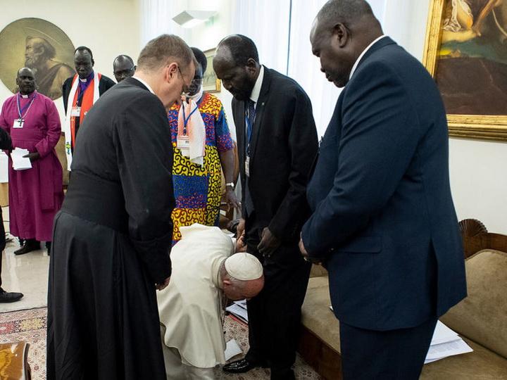 Папа римский на коленях поцеловал ноги лидерам Южного Судана - ВИДЕО