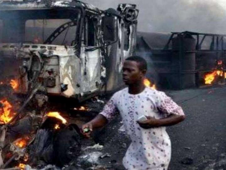 Не менее 12 человек погибли при взрыве автоцистерны с нефтью в Нигерии