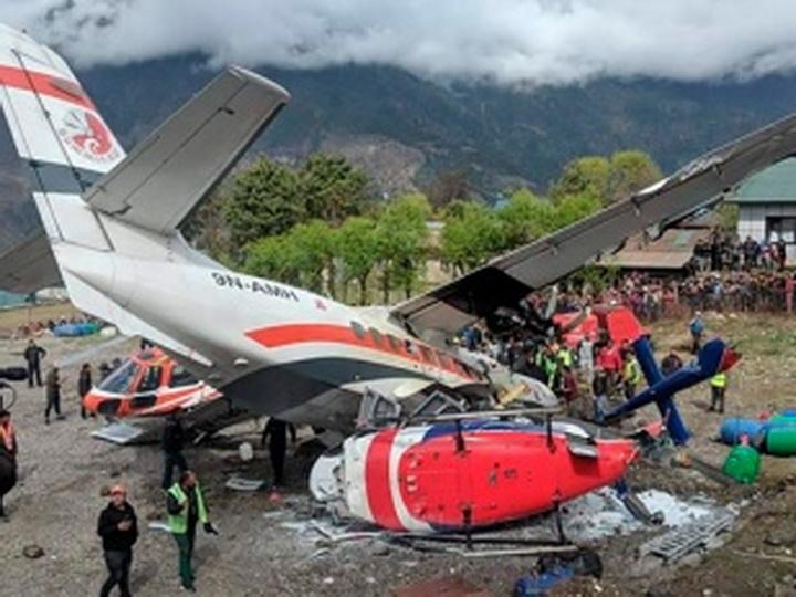 В Непале в аэропорту самолет столкнулся с вертолетом, два человека погибли - ФОТО