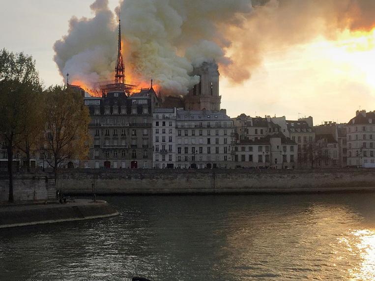 Пожар в соборе Парижской Богоматери потушен - ФОТО - ВИДЕО - ОБНОВЛЕНО