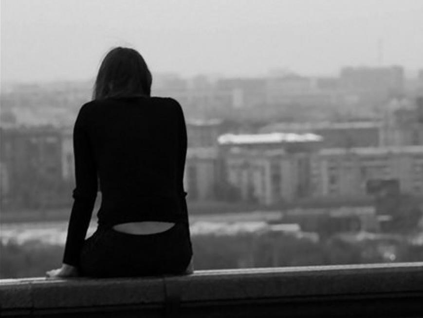 В Баку девушка бросилась с девятого этажа - ВИДЕО