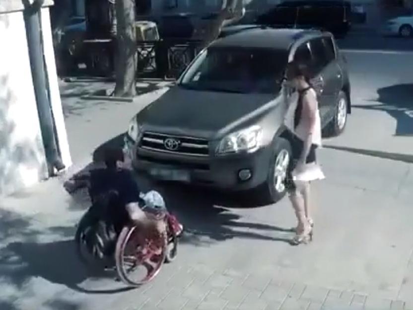 «Дайте инвалиду дорогу»: Трогательное видео о том, почему нельзя парковаться на тротуаре в Баку - ВИДЕО