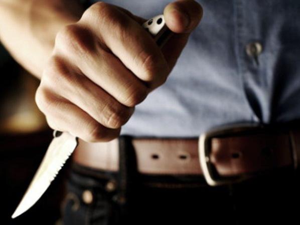 «Бешеная ревность»: В Баку мужчина напал с ножом на мужа бывшей жены