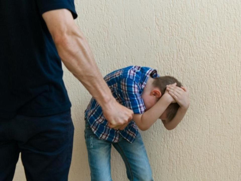В Баку задержан отец, избивший малолетнего сына