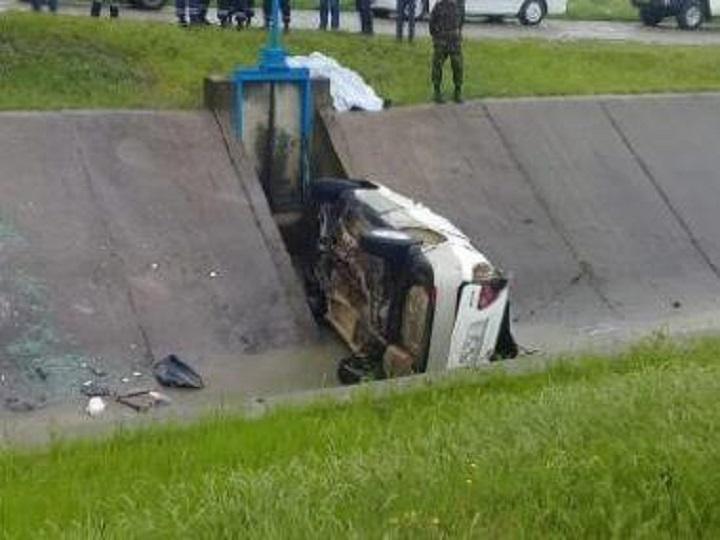 """Xaçmazda """"Lexus"""" kanala düşdü, sürücü suda boğuldu"""