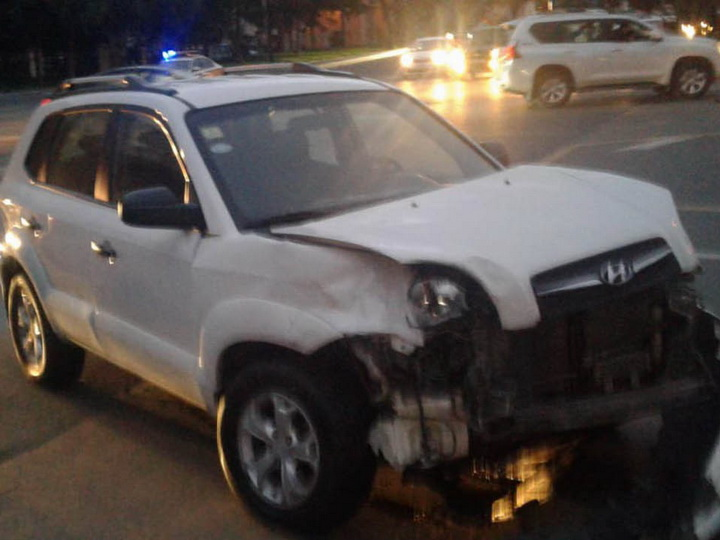 В Баку столкнулись два автомобиля, на дороге возникла пробка - ФОТО