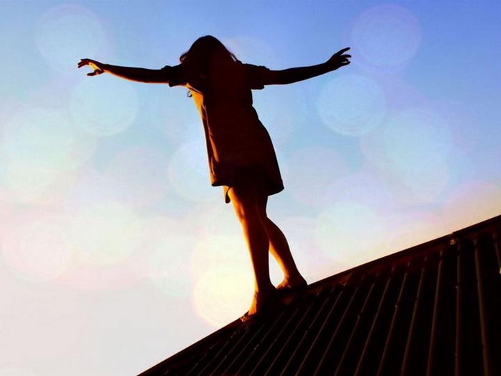 В Баку 18-летняя девушка бросилась с 5-го этажа