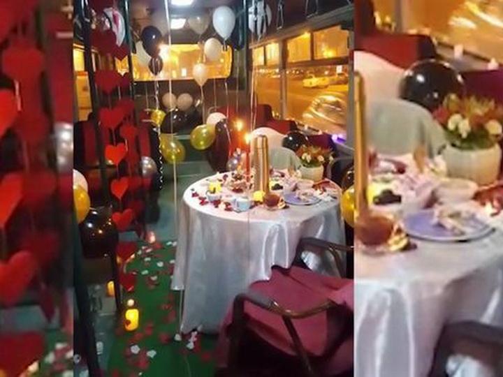 «Бакинская романтика»: Супруги-индусы отметили годовщину свадьбы в автобусе – ФОТО