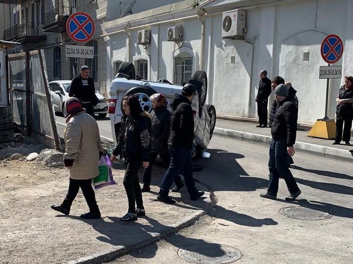 Тяжелое ДТП в центре Баку: автомобиль перевернулся несколько раз - ФОТО - ВИДЕО