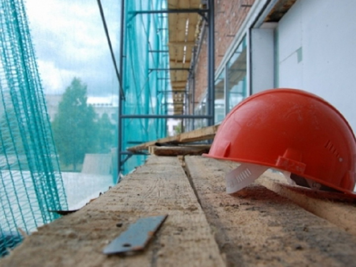 В Баку рабочий упал с 13-го этажа