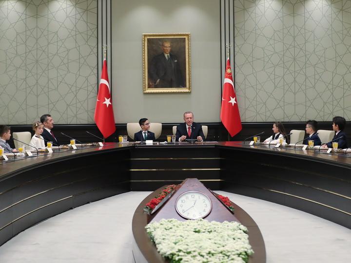 Эрдоган уступил свое кресло 12-летнему мальчику - ФОТО