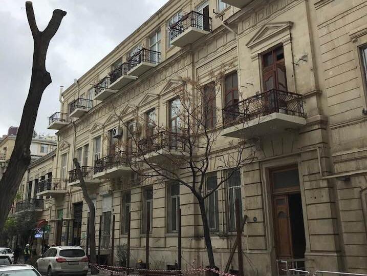 Стало известно, что станет с архитектурным домом в центре Баку, который обнесли забором – ФОТО - ОБНОВЛЕНО