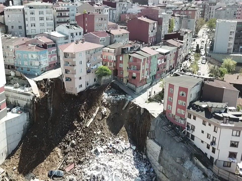 В Стамбуле обрушился четырёхэтажный дом - ВИДЕО