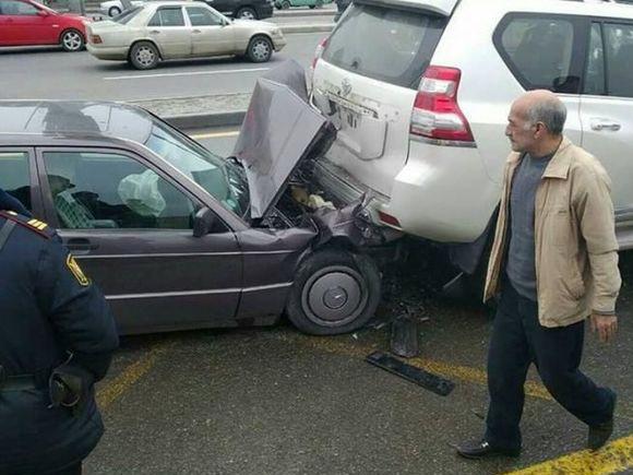 На одном из центральных проспектов Баку произошла цепная авария, возникла пробка - ФОТО