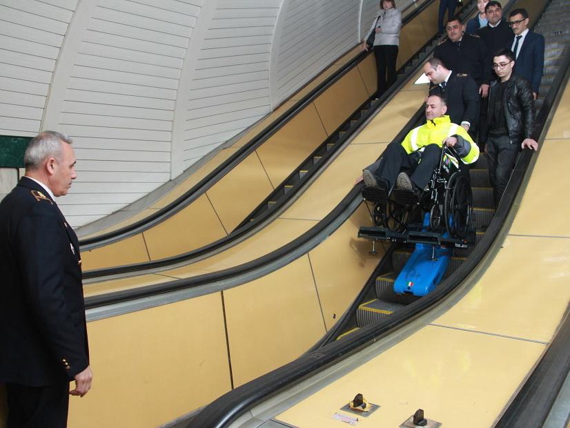 «На коляске в метро»: Бакметрополитен приобрел оборудование, позволяющее инвалидам спускаться на станции – ФОТО