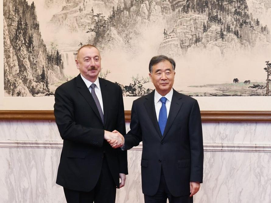 Ильхам Алиев встретился в Пекине с членом Политбюро Центрального комитета Коммунистической партии Китая Ван Яном - ФОТО