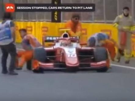 Еще один инцидент на трассе в Баку. Гонщик Формулы 2 сбил с ног двух маршалов – ВИДЕО