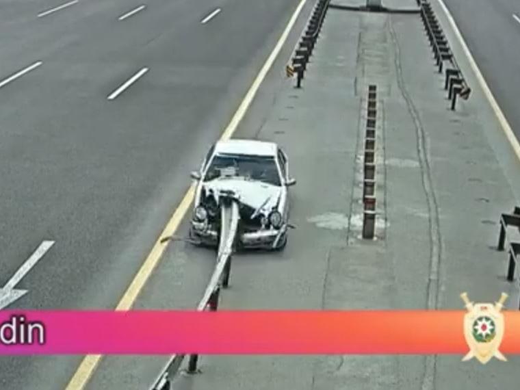 «Нанизало на отбойник; выбежал на дорогу»: Жуткие аварии в Баку – ВИДЕО