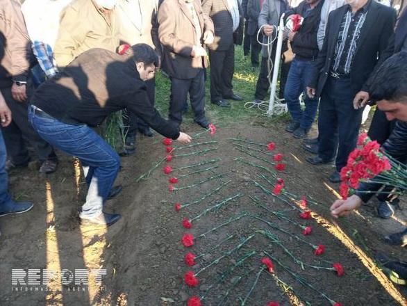 Искал 25 лет: Азербайджанец нашел могилу сына, пропавшего в боях за Карабах - ФОТО