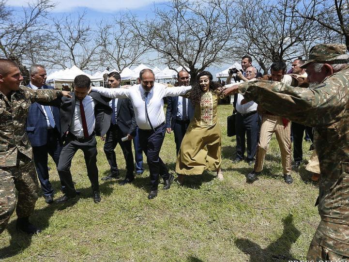 Танцы под «градом»: куда может привести Пашиняна хоровод в Шуше?
