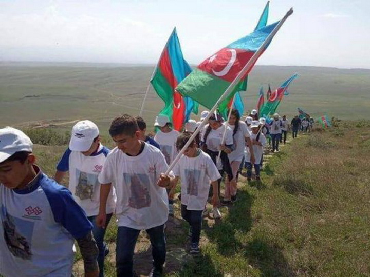 Школьники со знаменами Азербайджана поднялись на Кешикчидаг - ФОТО