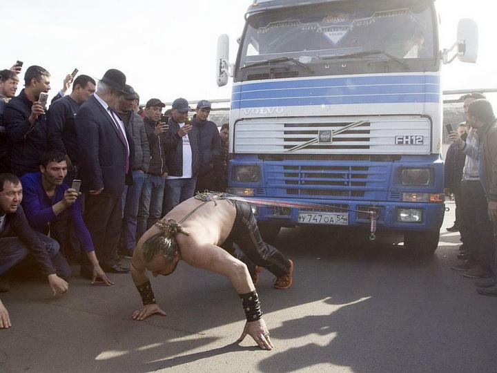 Силач из Баку протащил многотонную фуру волосами в Иркутске - ФОТО - ВИДЕО