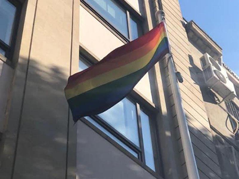 Bakıda səfirlik binasından LGBT bayrağı asıldı - FOTO