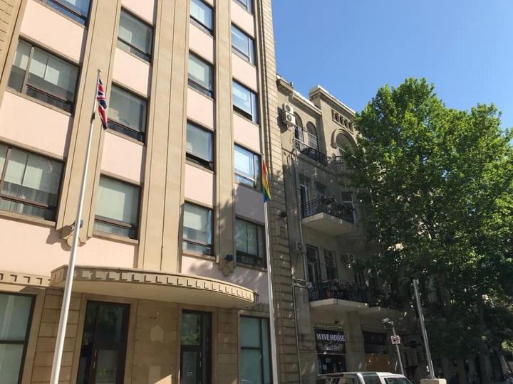 Посольство Великобритании в Баку подняло у своего здания флаг ЛГБТ - ФОТО
